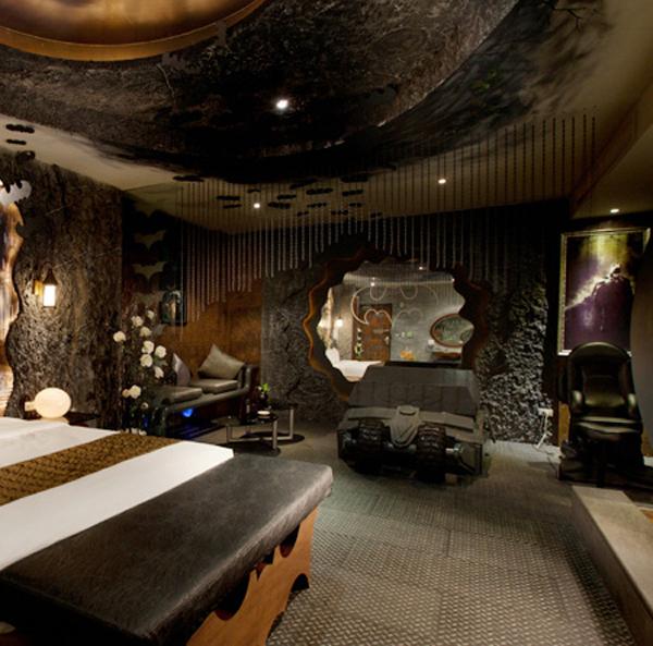 Batman themed hotel room strange beaver - Cool themed houses ...
