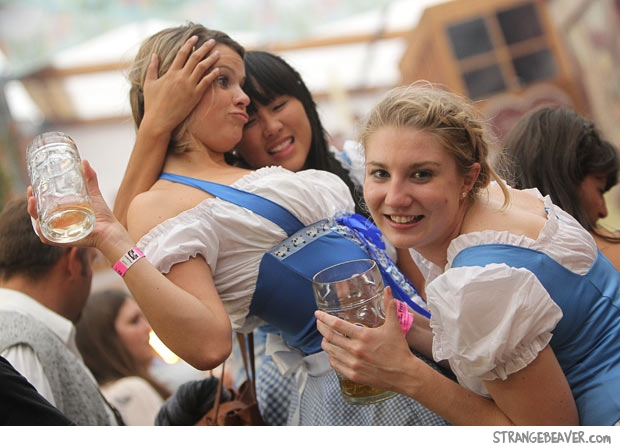 girls at oktoberfest