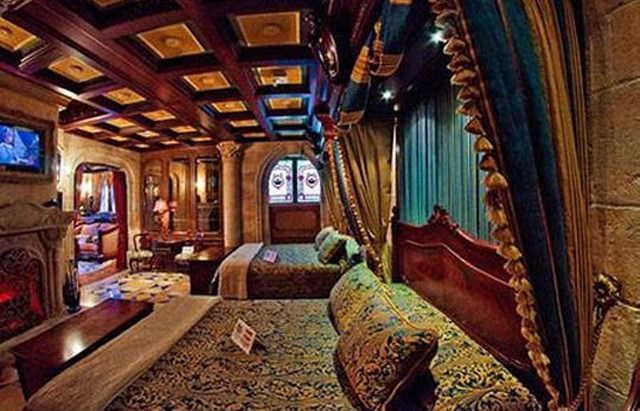 A look at the suite inside cinderella s castle at walt for Interieur hotel disney